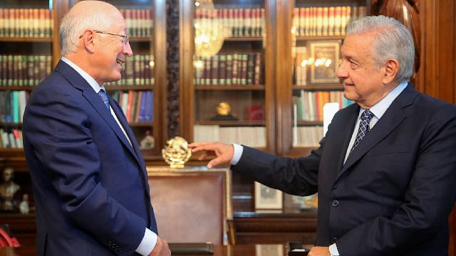 Ken Salazar presenta a AMLO cartas credenciales como embajador de EU