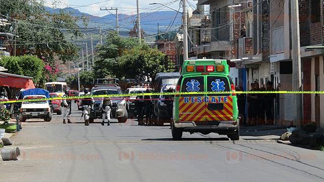 Desconocidos abandonan cadáver en la entrada del IMSS Zamora
