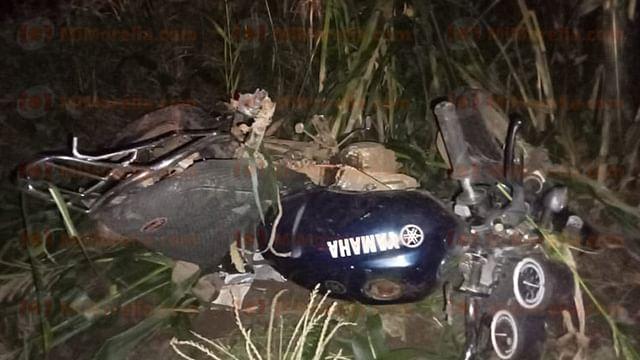 Un muerto y un lesionado, en choque de moto y auto en Tacámbaro
