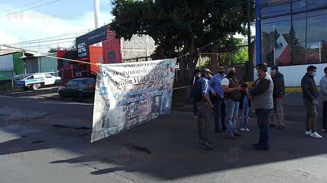 Maestros bloquean periférico en Morelia en demanda de pagos
