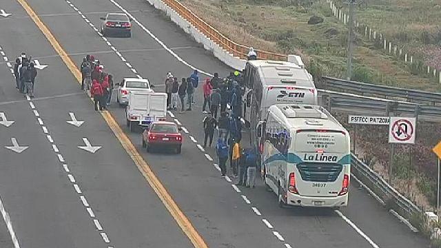 Presuntos normalistas secuestran autobuses en la autopista Cuitzeo-Pátzcuaro
