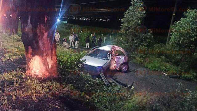 Hombre queda herido al chocar su auto contra árbol en la Morelia-Quiroga