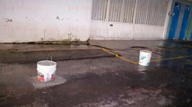 Vecino se agandalla la calle con botes y cemento, en Morelia