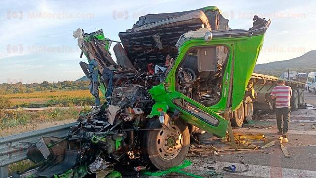 Choque entre camiones de carga deja 2 heridos en la Pátzcuaro-Cuitzeo