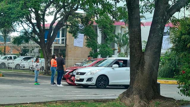 Se registra choque entre dos vehículos en avenida Acueducto
