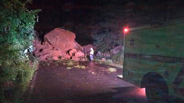 Deslave bloquea carretera Tancítaro-San Juan Nuevo