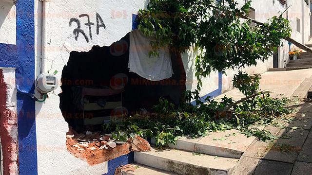 Camioneta repartidora de gas se impacta contra casa y derriba pared, en Morelia