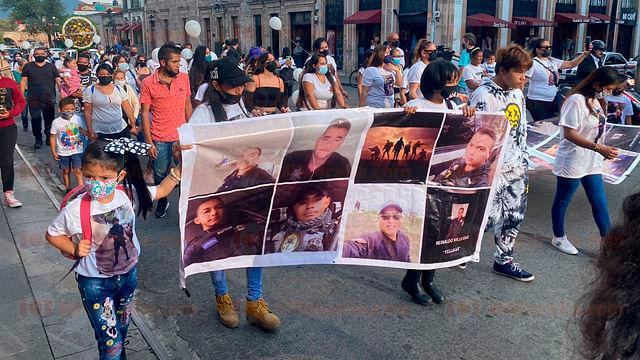 Con marcha en la Madero, recuerdan a policías emboscados en Aguililla