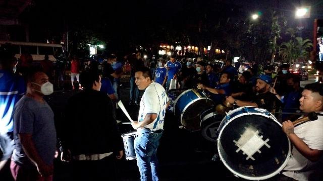 Aficionados de El Salvador llevan serenata a la Selección Mexicana