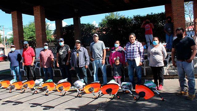 Julio Arreola entregan equipo a productores del campo de San Juan Tumbio