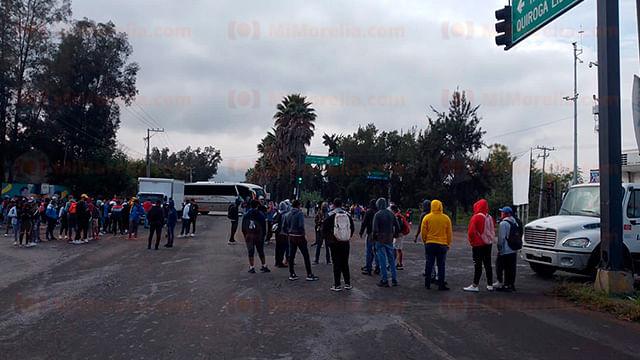 Morelia: bloquean normalistas y profesores libramiento y Calzada La Huerta