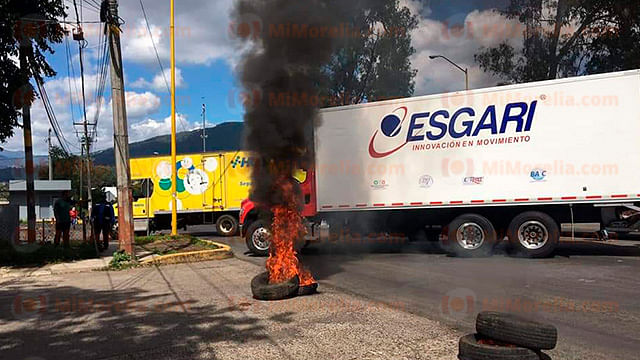 En Uruapan, egresados normalistas bloquean con camiones de carga