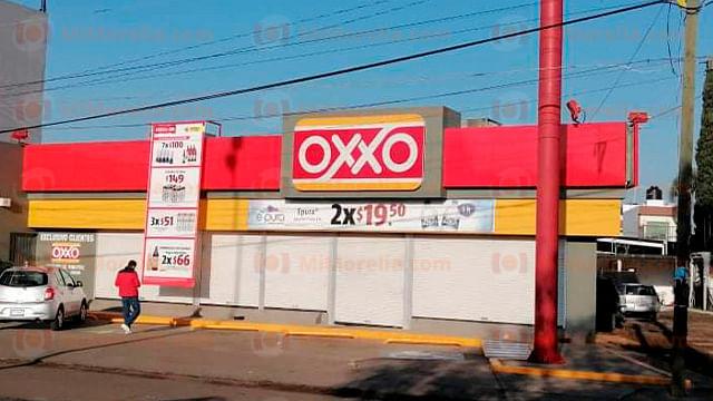 Rafaguean con armas largas dos tiendas Oxxo, en Uruapan