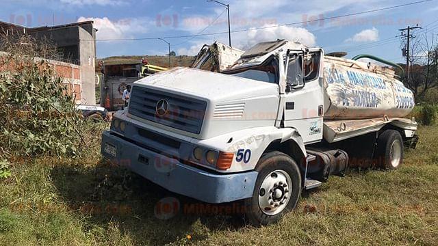 Conductor de pipa queda herido tras volcar, en Morelia