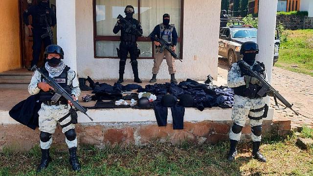 Aseguran a dos en posesión de droga y equipo táctico en Tlalpujahua