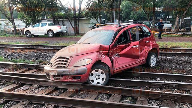 Por querer ganar el paso, vehículo es arrastrado por el tren, en Morelia
