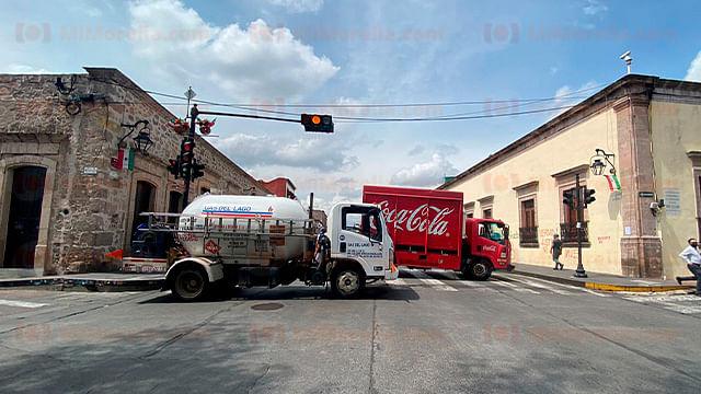 Normalistas retienen vehículos y bloquean avenida Madero en Morelia