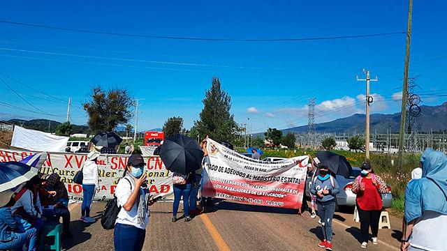Profesores bloquean carreteras en Michoacán en exigencia de pagos