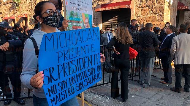 Inicia presencia de manifestantes en la toma de protesta del gobernador electo