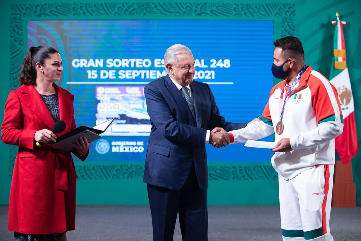 Entrega AMLO apoyos económicos a deportistas mexicanos de Tokio 2020