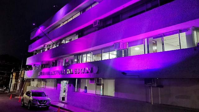 Iluminan edificio del TEEM de color rosa por la lucha contra el cáncer de mama