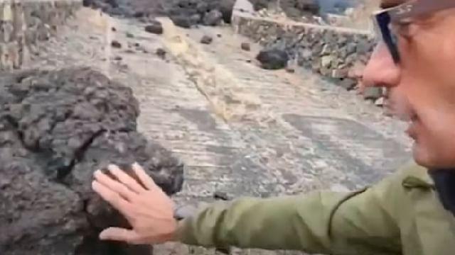Reportero toca lava del volcán de La Palma y se quema en vivo