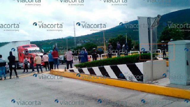 CNTE libera al menos cuatro casetas de peaje en Michoacán