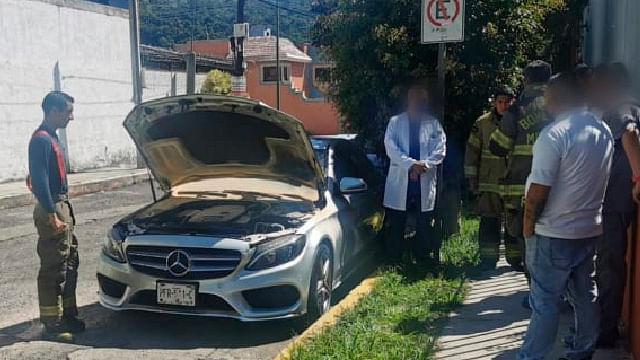 Se quema automóvil en la vía pública en Morelia