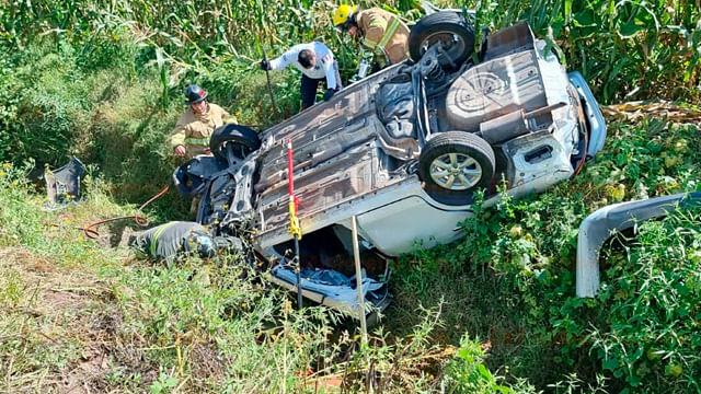 Rescatan a mujer que quedó prensada tras volcadura, en Ecuandureo