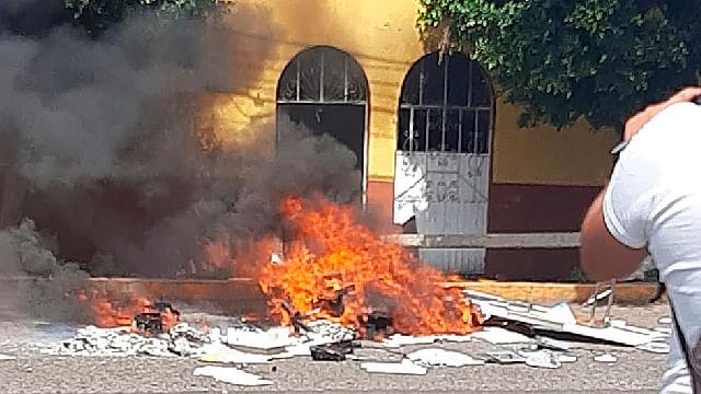 Vandalizan y queman oficinas de la CNTE en Morelia