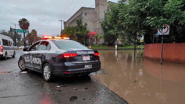 Morelia, con cierres viales por encharcamientos; se desborda río