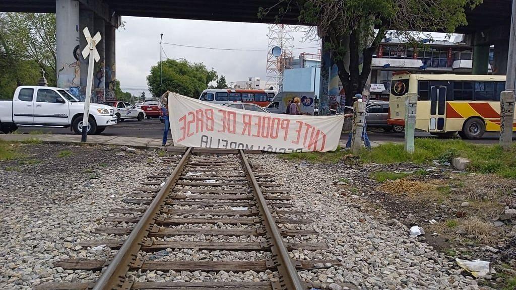 Poder de Base bloquea vías del tren en Morelia