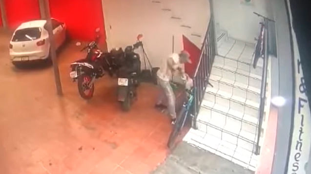 Sujetos en moto roban bicicletas en centro de Morelia [Video]