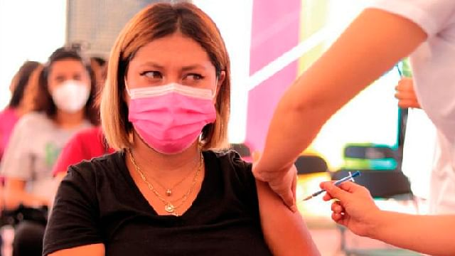Continúa vacunación anticovid para adolescentes embarazadas, en Michoacán