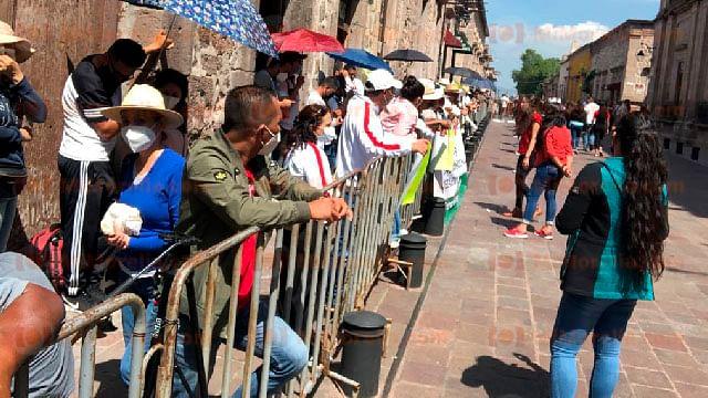 Maestros de medio superior se manifiestan en visita de AMLO a Morelia