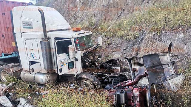 Tráiler se sale de la carretera y queda destrozado, en Michoacán
