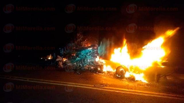 Choque entre tráiler y otro vehículo cobra víctimas mortales en Arteaga