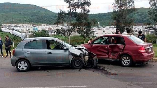 Choque entre dos vehículos deja 5 heridos sobre la Morelia-Quiroga
