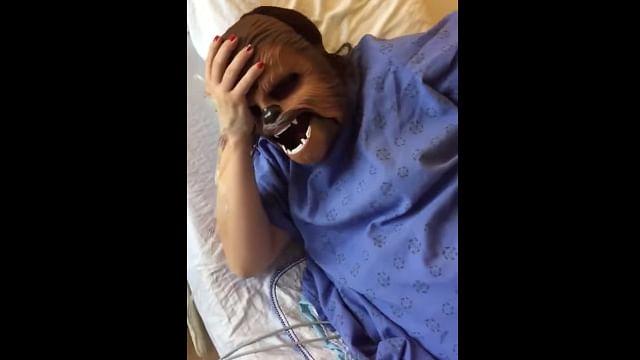 Video: Joven mujer se vuelve viral al usar máscara de Chewbacca durante su labor de parto