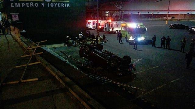 Galería: Un muerto y 11 heridos, deja volcadura de camioneta en Libramiento de Morelia