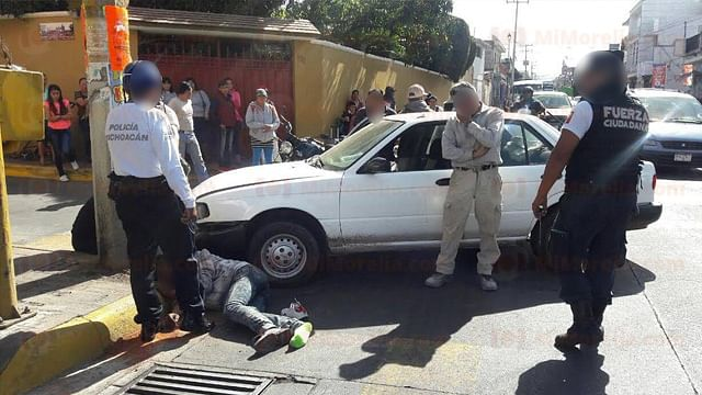 Viajaban tres en motocicleta y se impactan contra un taxi, en Jacona