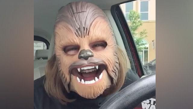 Video: Mujer con máscara de Chewbacca es lo más visto en la historia de Facebook