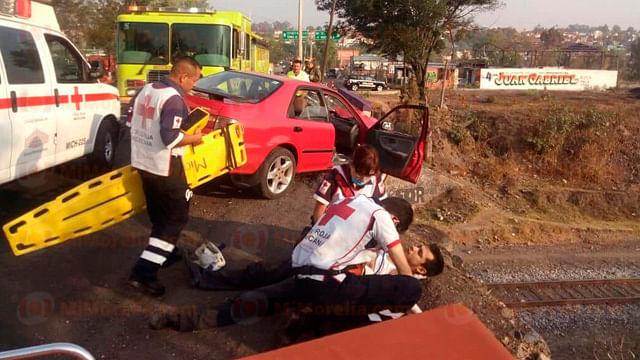 Auto choca y queda a punto de caer del libramiento a las vías del tren en Morelia