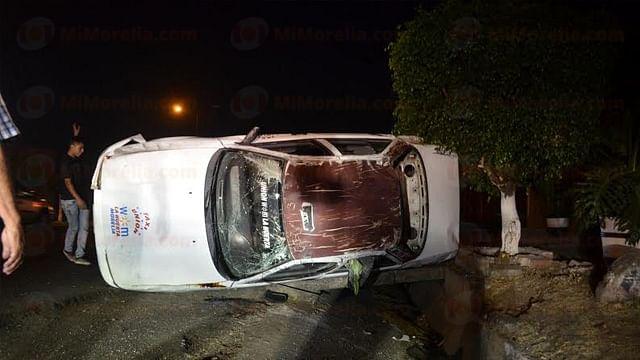 Vuelca automóvil y es abandonado en Morelia