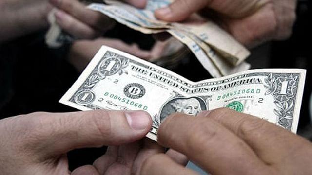 Venden el dólar en 18.13 pesos en la terminal aérea de la capital mexicana