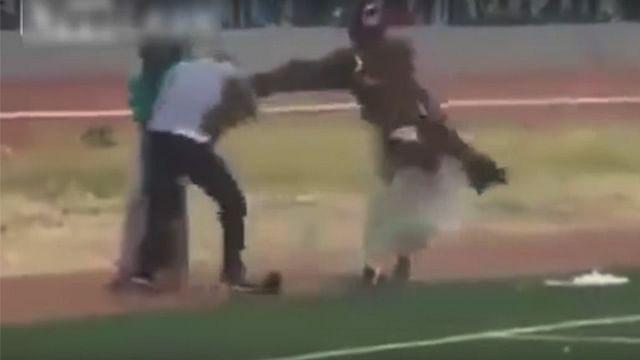 Video: Duelo de 'brujos' desata batalla campal en cancha de futbol