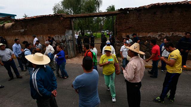 CNTE bloquea la carretera Villa Jiménez- Copándaro