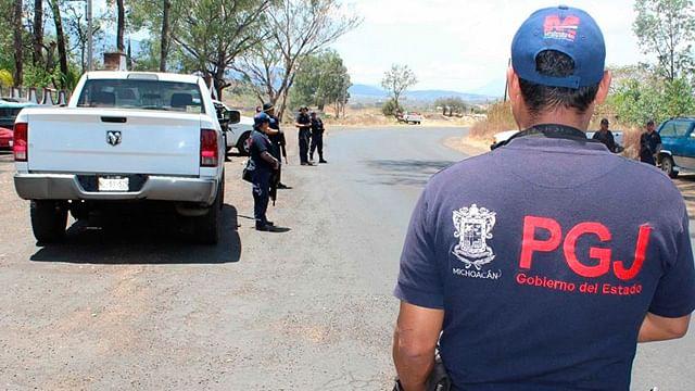 Detienen a dos sujetos que transportaban armas largas en Parácuaro