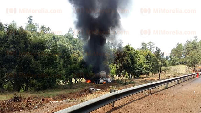 Siete muertos y un herido, deja choque de pipa y camioneta en carretera Pátzcuaro-Uruapan