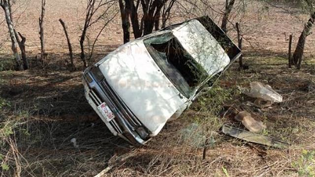 """Tráiler los """"saca"""" de la carretera y vuelcan en Huetamo; hay 6 heridos"""